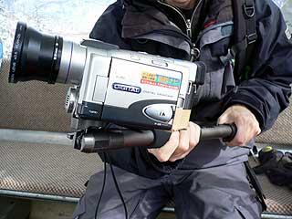 一脚を取り付けたビデオカメラ